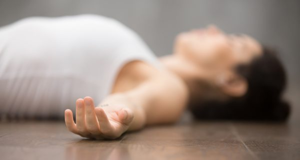 Erlebe Yoga Nidra und erreiche eine tiefe Entspannung.